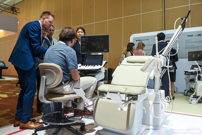 삼성전자와 삼성메디슨이 10월 21일부터 24일까지 싱가포르에서 개최되는 '제28회 세계 산부인과 초음파학회(이하 ISUOG, International Society of Ultrasound in Obstetrics and Gynecology)'에 참가해 신개념 의자형 초음파 진단기기 'HERA I10'을 선보였다.