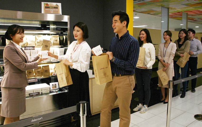 수원 '삼성 디지털시티' 사내 식당에서 임직원들이 테이크아웃 음식이 담긴 재생종이 봉투를 들고 있다.