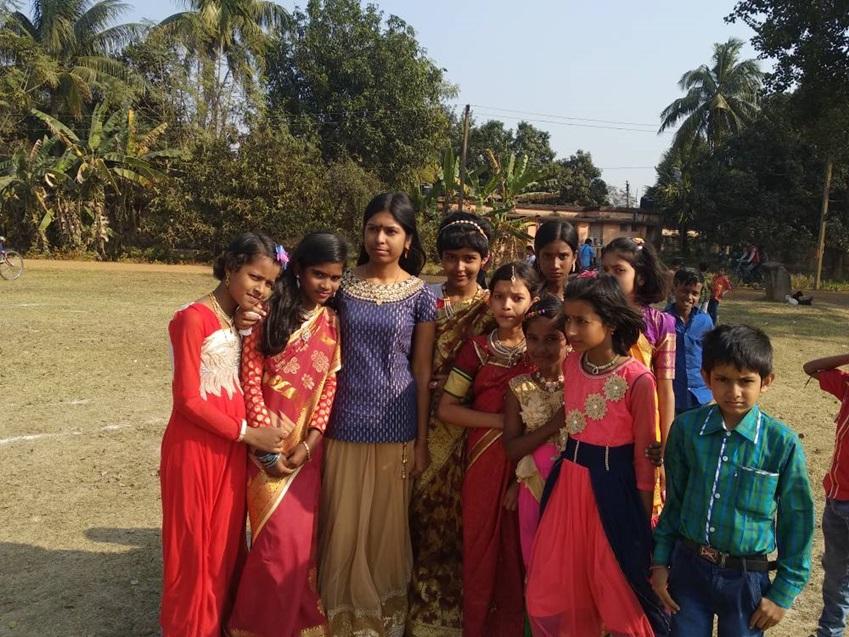 ▲교내 축제에 참여했을 당시의 아프로자(왼쪽에서 세 번째). 인도 전통 의상을 차려 입고 카메라 앞에 섰습니다