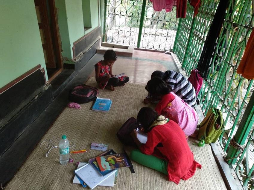▲아프로자의 다음 목표는 교육을 통해 자신과 비슷한 처지의 여자아이에게 더 많은 기회를 제공하는 겁니다. 고향을 찾을 때마다 마을 아이들을 불러모아 '즉석 수업'을 펼치는 건 그 때문이에요