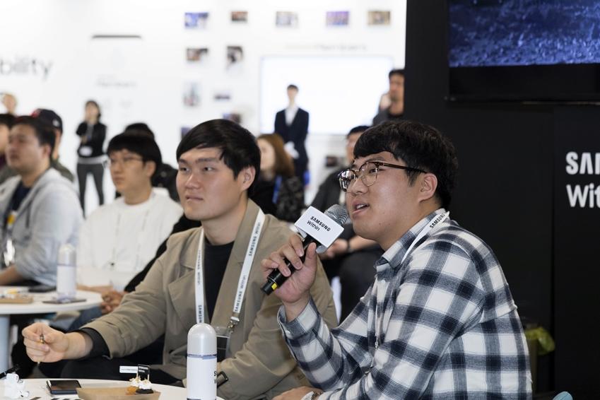 삼성 위드인 행사에 참여한 참석자가 질의하는 모습