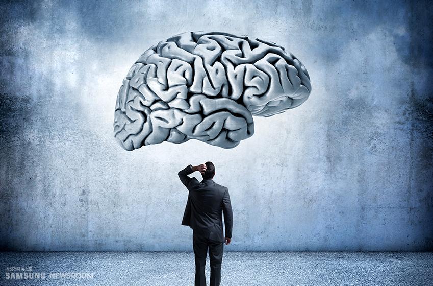 허공에 떠 있는 사람의 뇌와 그 뇌를 바라보는 남성