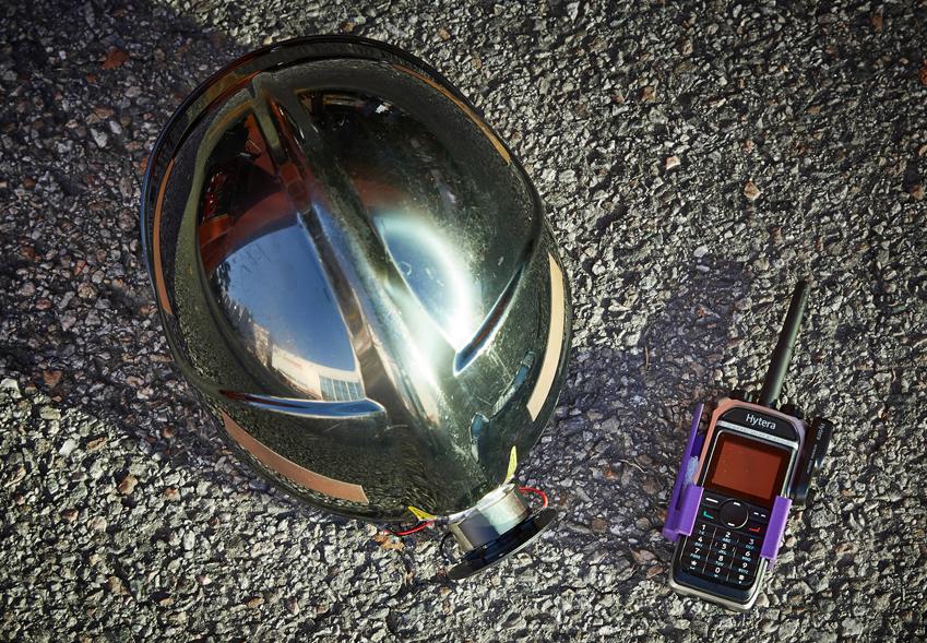 메이데이 팀이 완성한 '재난 구조용 핸즈프리 통신 장비'. 배선을 최소화하기 위해 헬멧에 골전도 이어폰과 넥 마이크를 부착한 게 특징이. 무전기엔 PTT  버튼을 쉽게 누를 수 있는 장치가 있어 두꺼운 장갑을 끼거나 주머니에 넣은 상태에서도 쉽게 교신할 수 있다