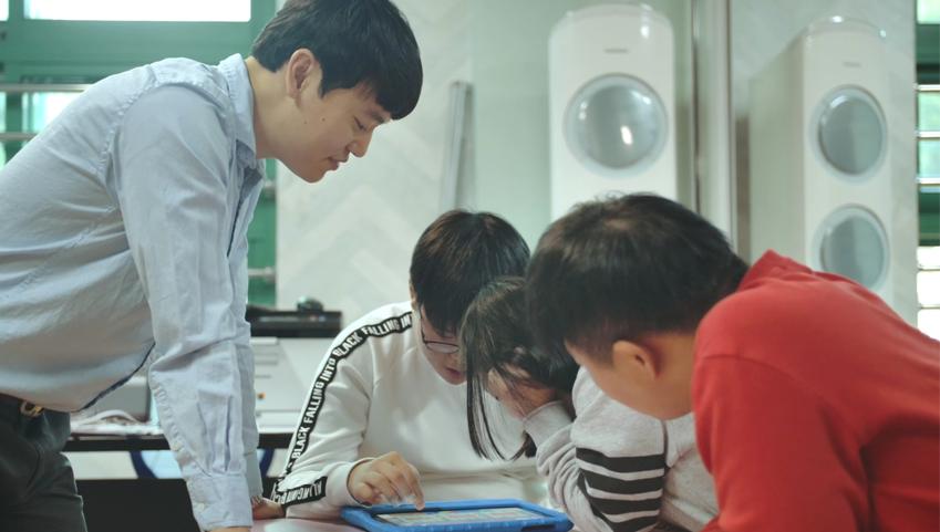 디지털 기기로 꾸며진 스마트스쿨에서 수업하고 있는 오상철씨와 학생들