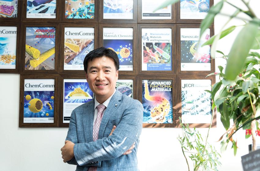 ▲ 자신의 논문이 실린 해외 저널 표지 앞에서 포즈를 취한 김일두 교수. 이제껏 그가 쓴 논문은 241건에 이른다