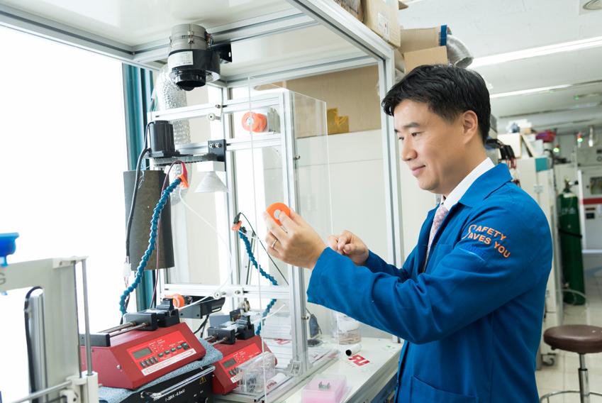 ▲초고밀도 나노섬유 실을 감고 있는 김일두 교수. 나노섬유 전기방사 장치는 전 세계에 단 한 대, 김 교수 연구실에만 있다