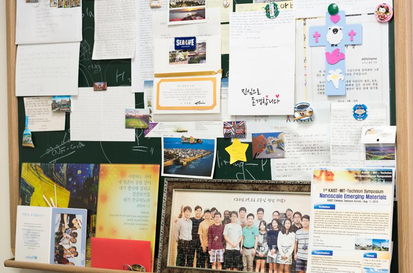 ▲ 김일두 교수의 연구실 한편을 가득 메운 사진과 편지. 제자들을 향한 그의 사랑과 열정이 엿보인다