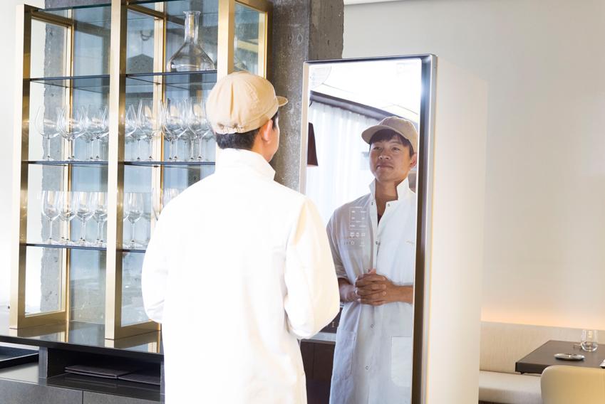 ▲레스토랑 런치 타임 오픈 전, 임정식 셰프가 전면 거울을 활용해 조리복 옷깃을 정리하고 있다
