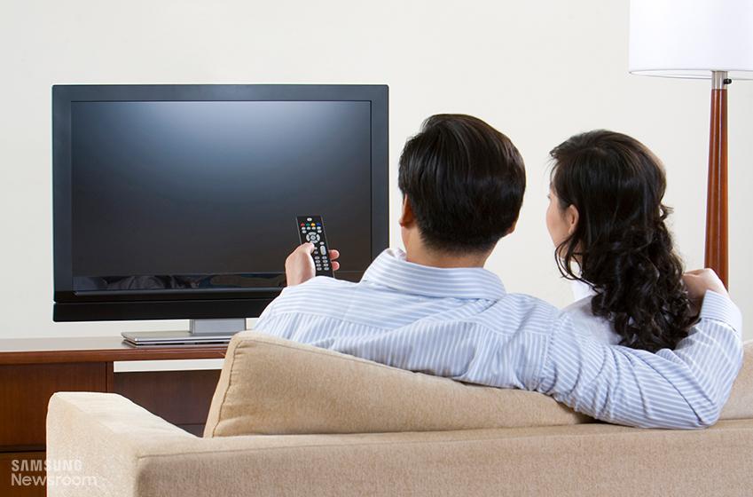 TV를 보고 있는 두 명의 사람