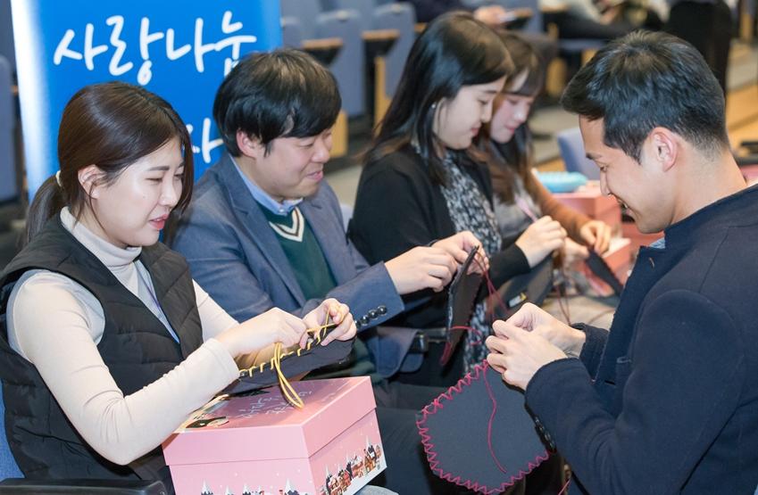 1일 수원 '삼성 디지털 시티'에서 열린 삼성전자 창립 49주년 기념식에서 임직원들이 '사회에 공헌한다'는 창업의 뜻을 기리며 어려운 이웃들에게 전달할 방한용품을 준비하고 있다.