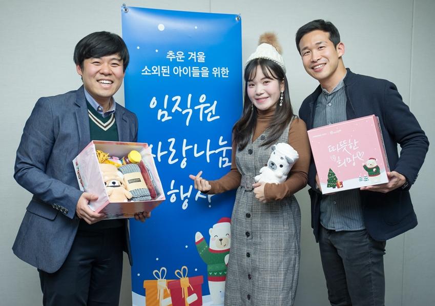1일 수원 '삼성 디지털 시티'에서 열린 삼성전자 창립 49주년 기념식에서 임직원들이 '사회에 공헌한다'는 창업의 뜻을 기리며 어려운 이웃들에게 전달할 방한용품을 준비하는 사랑 나눔 봉사활동을 실시했다.
