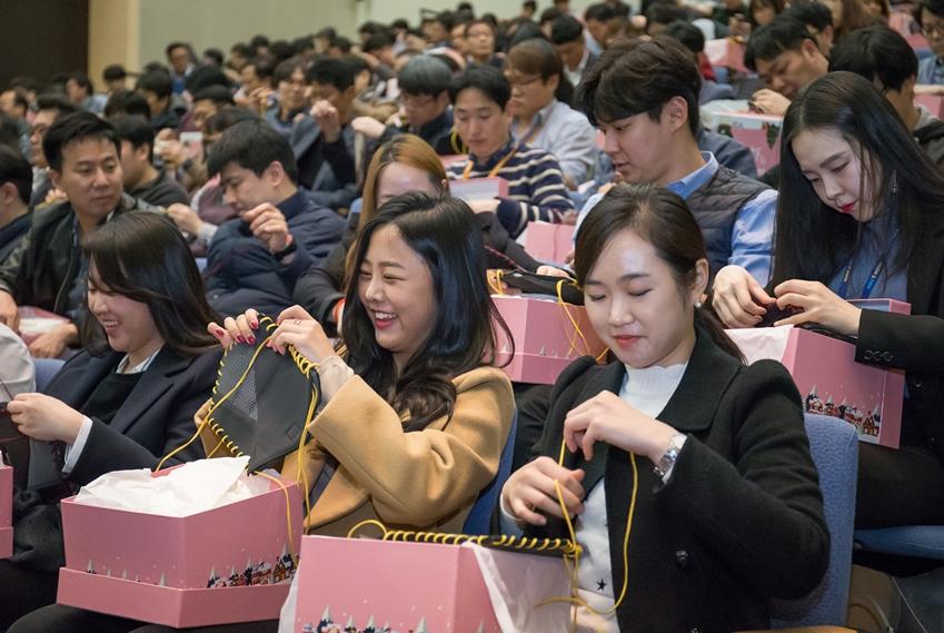 1일 수원 '삼성 디지털 시티'에서 열린 삼성전자 창립 49주년 기념식에서 사장단과 임직원들이 '사회에 공헌한다'는 창업의 뜻을 기리며 어려운 이웃들에게 전달할 방한용품을 준비하는 사랑 나눔 봉사활동을 실시했다.