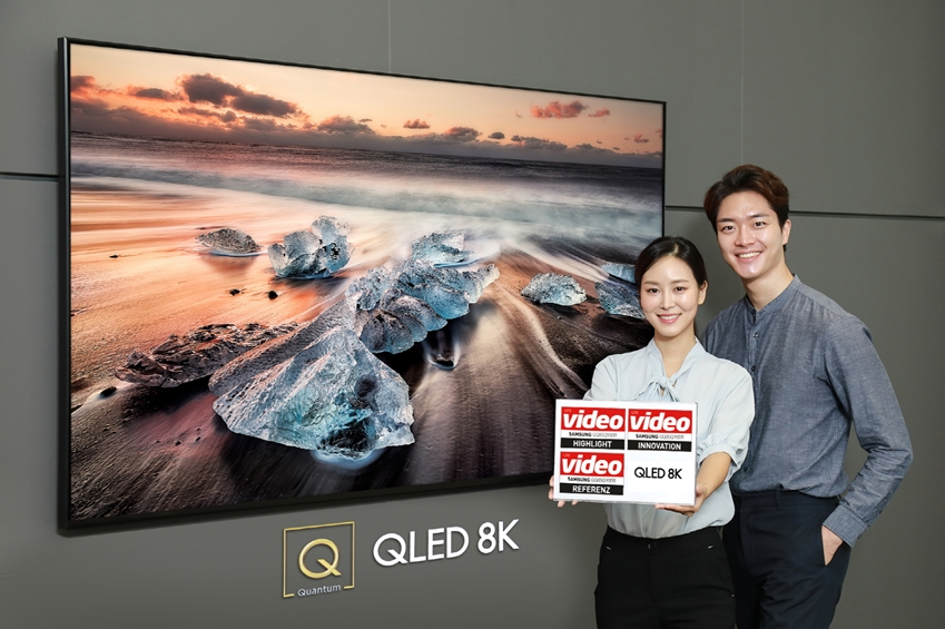 삼성전자가 최근 출시한 'QLED 8K' TV가 권위 있는 독일 AV 전문 평가지 '비디오(Video)'로부터 최고의 TV라는 평가를 받았다. 삼성전자 모델들이 디지털프라자 대치점에서 85인치 'QLED 8K'(제품:Q900R)를 소개하고 있다.