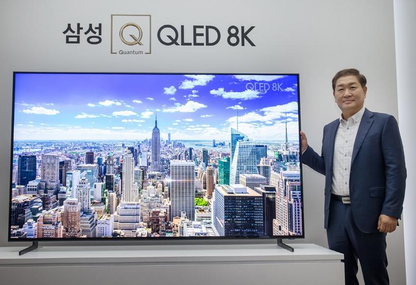 삼성전자 영상디스플레이사업부 한종희 사장이 7일 서울 반포 플로팅 아일랜드 컨벤션홀에서 열린 'Q LIVE' 행사에서 압도적인 화질과 몰입감으로 최상의 시청환경을 제시하는 'QLED 8K' TV를 소개하고 있다.