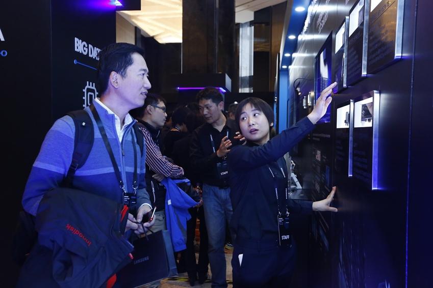15일 중국 베이징 누오호텔에서 개최된 삼성 미래기술포럼을 찾은 참석자들이 삼성전자의 AI 솔루션을 살펴보고 있다.