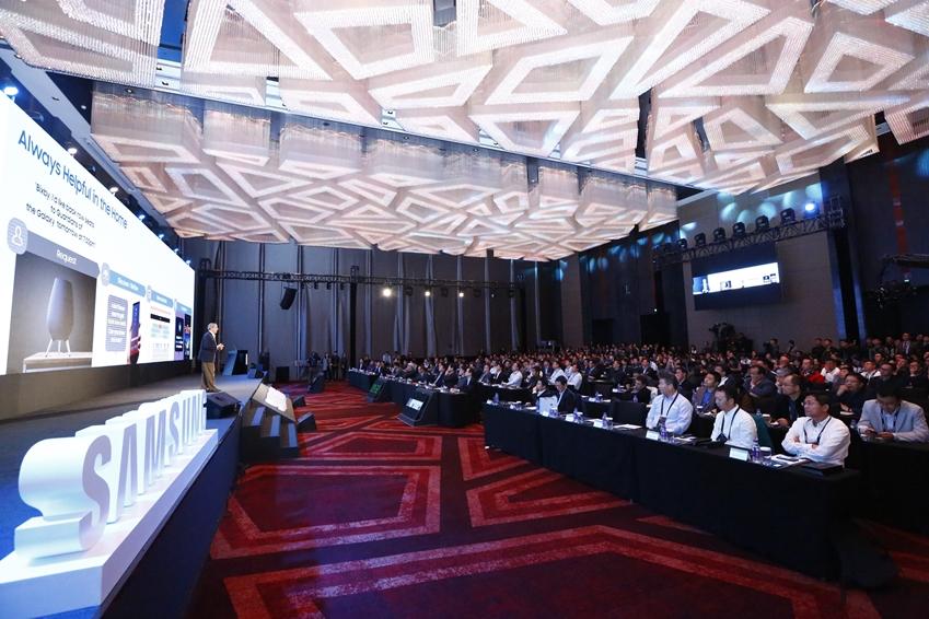 15일 중국 베이징 누오호텔에서 개최된 삼성 미래기술포럼에서 참석자들이 삼성전자 SRA 래리 헥 박사의 기조 연설을 듣고 있다.