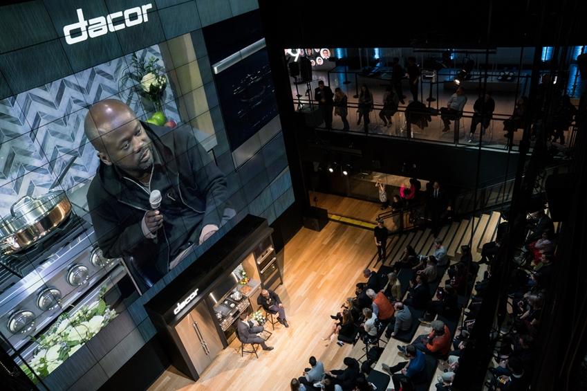 데이코가 뉴욕 맨하튼에 위치한 삼성 뉴욕 마케팅센터(삼성 837)에서 사업 비전을 공유하는 '비전메이커' 행사를 개최했다. 행사에 참석한 저널리스트 스펜서 베일리(좌측)와 세계적인 건축가 데이비드 아자예(우측)가 대화를 나누고 있다.