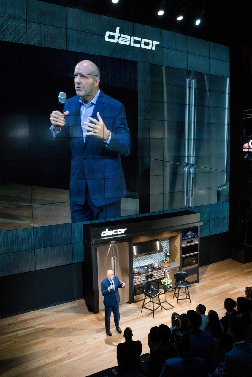 데이코가 뉴욕 맨하튼에 위치한 삼성 뉴욕 마케팅센터(삼성 837)에서 사업 비전을 공유하는 '비전메이커' 행사를 개최했다. 데이코 랜디 워너(Randy Warner) 사장이 발표를 하고 있다.