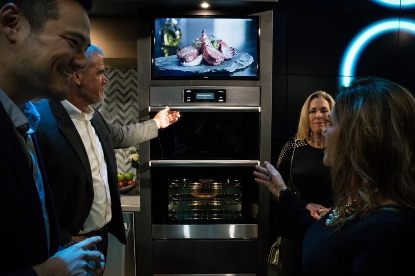 데이코가 뉴욕 맨하튼에 위치한 삼성 뉴욕 마케팅센터(삼성 837)에서 사업 비전을 공유하는 '비전메이커' 행사를 개최했다. 디자인 자문위원들이 데이코 빌트인 제품을 주제로 대화를 나누고 있다.
