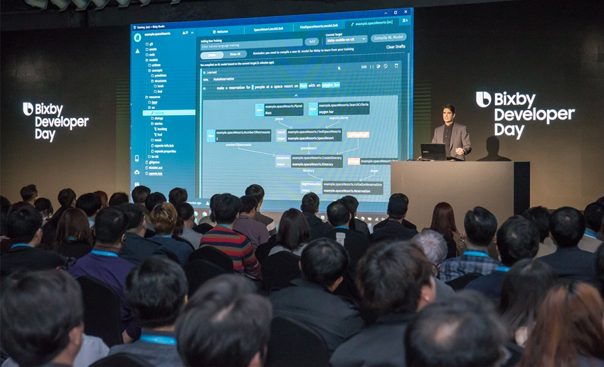 삼성전자 비브랩스 최고기술책임자 아담 샤이어 상무가 '삼성 빅스비 개발자 데이'에서 개발자 대상으로 연설을 진행하고 있다.