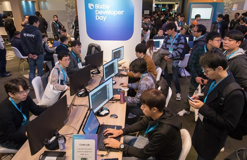 '삼성 빅스비 개발자데이'에 참석한 개발자들이 빅스비 code 프로그램을 체험하고 있다.