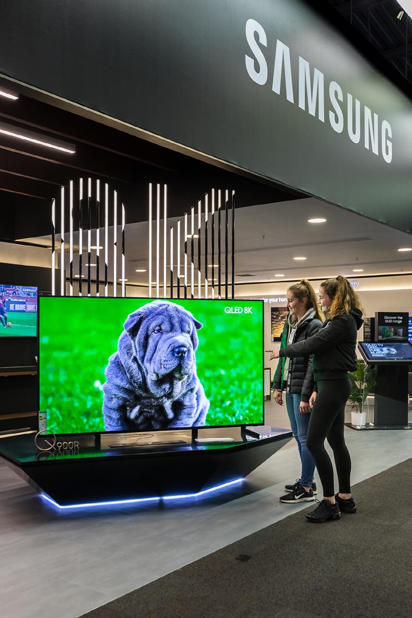 삼성전자가 최근 영국 주요 전자제품 유통인 '커리스(Currys)'와 함께 영국 최대 규모 중 하나인 뉴몰든 매장에 프리미엄 TV 체험존을 마련했다. 매장에 방문한 고객들이 85인치 QLED 8K를 감상하고 있다.