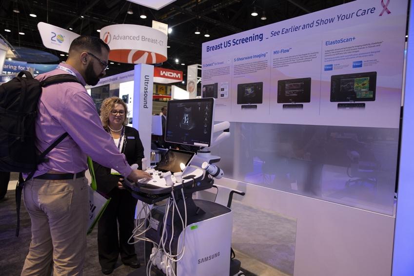 삼성전자와 삼성메디슨이 11월 25일부터 30일까지 미국 시카고에서 개최되는 '북미영상의학회 2018(RSNA, Radiological Society of North America)'에 참가해 영상진단기기 전 제품군을 공개하고 삼성만의 독자적인 AI 진단보조기능들을 대거 선보였다. 관람객이 삼성 초음파 영상기기에 적용된 AI 기반 진단보조기능을 체험하고 있다.