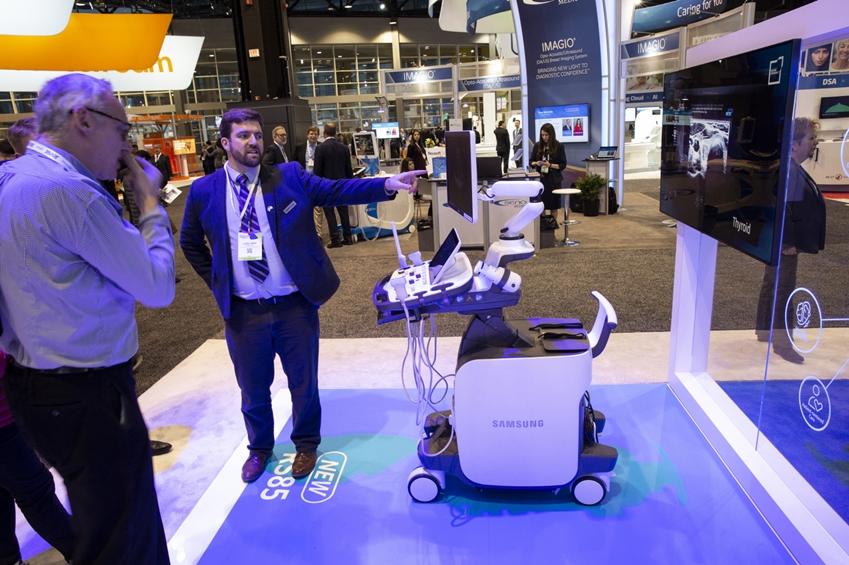관람객들이 삼성 영상의학과용 프리미엄 초음파 진단기기를(모델명: RS85) 체험하고 있다.
