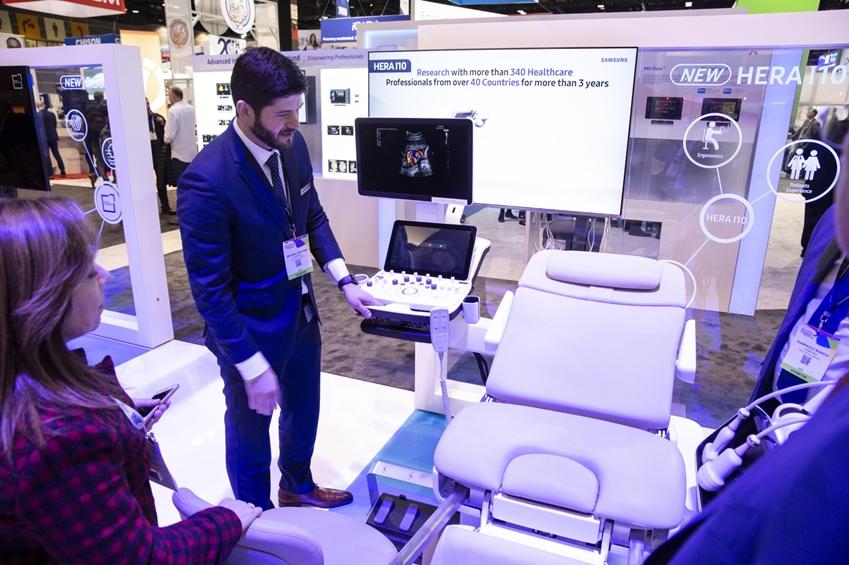 관람객들이 삼성 의자형 프리미엄 초음파 진단기기를(모델명: HERA I10) 체험하고 있다.