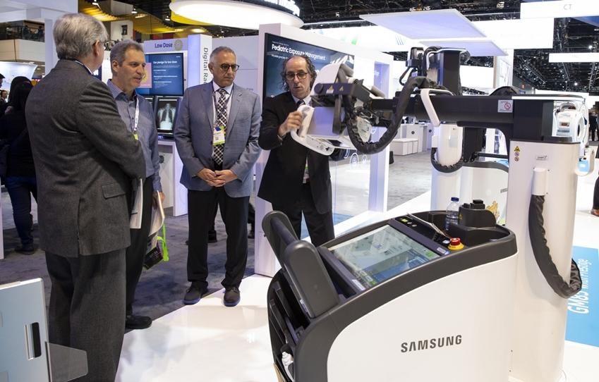 관람객들이 삼성 이동형 프리미엄 엑스레이를(모델명: GM85) 체험하고 있다.