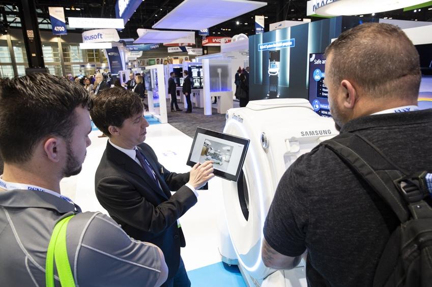 관람객들이 삼성 이동형 CT를(모델명: 옴니톰) 체험하고 있다.