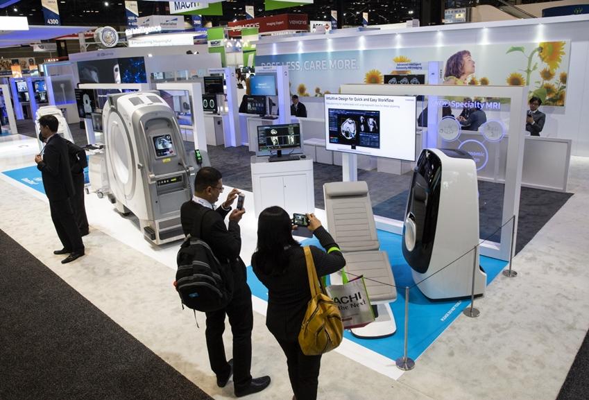 관람객들이 삼성 사지촬영용 MRI(모델명: Specialty MRI) 체험하고 있다.