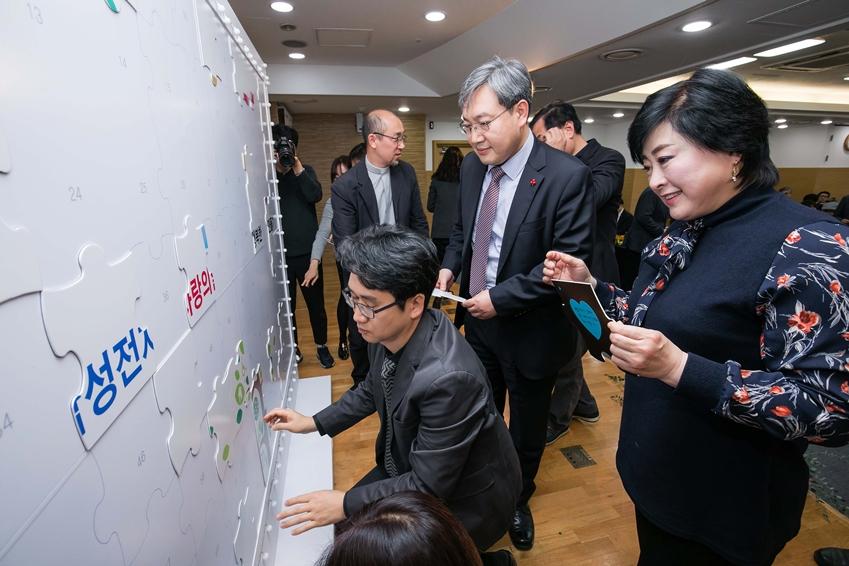 28일 서울 중구 사회복지공동모금회 회관에서 진행된 '나눔과 꿈' 선정기관 전달식에 참여한 비영리단체 대표들이 '나눔과 꿈'을 소재로 한 모자이크 퍼즐을 맞추고 있다.