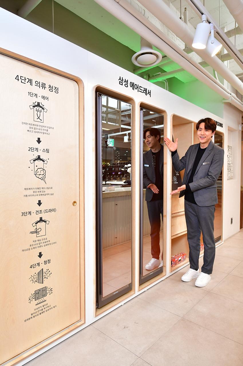 삼성전자가 29일 서울 여의도에 위치한 KBS 신관의 쿠킹스튜디오에서 소비자들이 삼성전자의 프리미엄 가전 제품을 직접 체험하고, 국내 최정상급 셰프들이 참여하여 요리도 즐길 수 있는 '더 굿 셰프(The Good Chefs)' 행사에서 참석자들을 대상으로 삼성 의류청정기 '에어드레서'를 활용한 '코트룸 서비스'를 운영해 큰 인기를 끌었다.