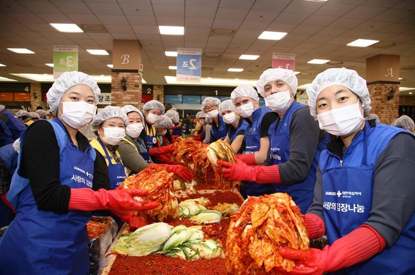 연말을 맞아 수원 '삼성 디지털 시티'에서 삼성전자 임직원과 지역 시민 400여명이 함께 65톤 규모의 김장 김치를 담가 도움이 필요한 8,272세대에 전달했다.