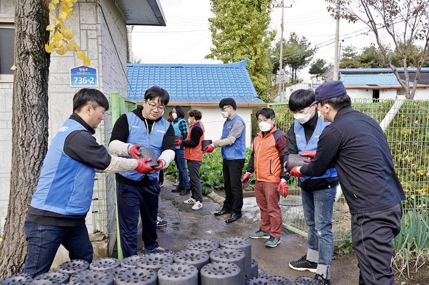 연말을 맞아 삼성전자 '희망이음 봉사팀'이 평택 고덕면에 거주하는 이웃들을 찾아 따뜻한 겨울을 날 수 있도록 연탄을 전달하고 있다.