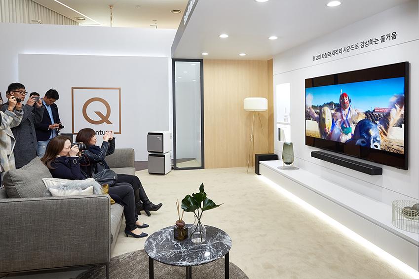 ▲체험존을 방문한 관람객들이 QLED 8K 대형 화면을 통해 영화를 감상하고 있다.