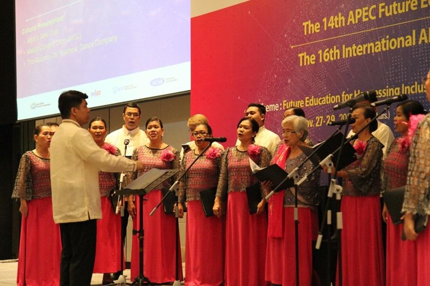▲포럼 도중 진행된 합창 공연. 리오노스 브리오네스 필리핀 교육부장관(오른쪽에서 세 번째)이 직접 참여해 감동을 더했다