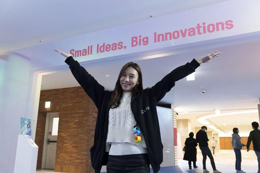 """▲행사장 입구에서 관람객을 반기는 슬로건 """"작은 아이디어도 커다란 혁신을 만든다(Small Ideas, Big Innovations)""""는 다양한 창구를 통해 아이디어를 수집, 구현하는 C랩의 정신을 담고 있다"""