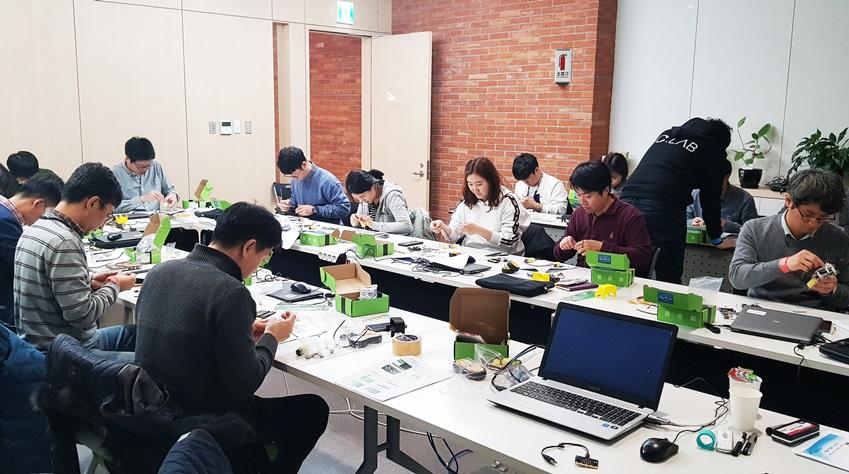 ▲행사 2일차에 진행된 '메이커스 워크숍'에선 RC 로봇카 배틀게임과 IoT 아크릴 무드등 제작 등 임직원의 참여를 독려하는 프로그램이 다양하게 운영됐다