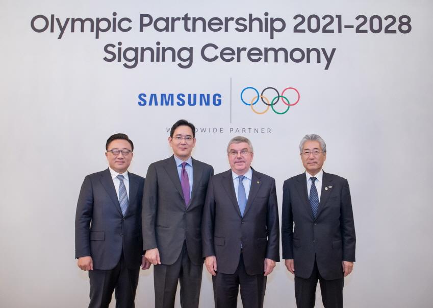 고동진 삼성전자 IM 부문 대표이사 사장, 이재용 삼성전자 부회장, 토마스 바흐(Thomas Bach) IOC 위원장, 다케다 쓰네카즈(Takeda Tsunekazu) IOC 마케팅위원회 위원장(좌로부터 우)이 2028 LA 올림픽까지 후원을 연장하는 조인식 이후 기념 촬영을 하고 있다.
