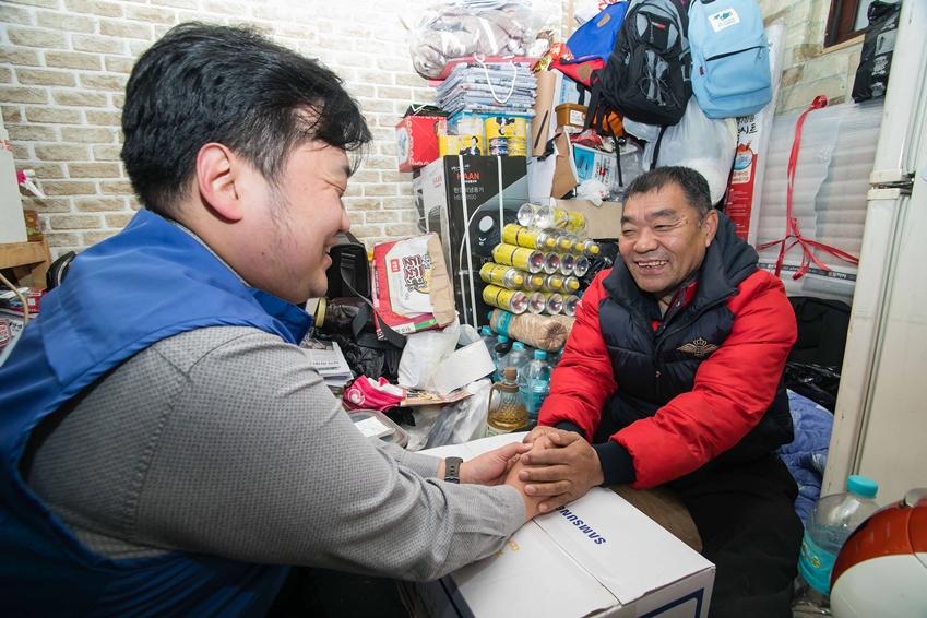 5일 삼성전자 임직원이 서울 동대문구에 위치한 쪽방을 찾아 거주하는 어르신을 방문해 생필품 세트를 전달하고 안부를 묻고 있다.