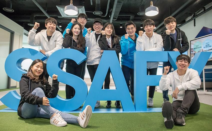 10일 '삼성 청년 소프트웨어 아카데미' 서울 캠퍼스에 입과하는 교육생들이 기념 사진을 촬영하고 있다.