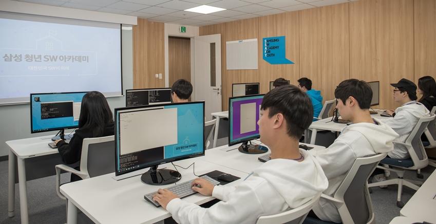 10일 '삼성 청년 소프트웨어 아카데미' 서울 캠퍼스에 입과하는 교육생들이 시범 교육을 받고 있다.