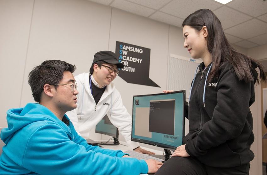 10일 '삼성 청년 소프트웨어 아카데미' 서울 캠퍼스에 입과하는 교육생들이 자유롭게 토론하고 있다.