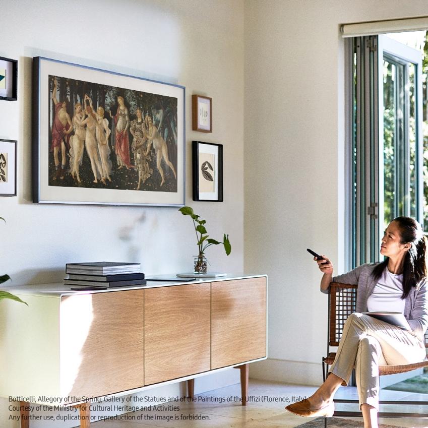 삼성전자가 라이프스타일 TV '더 프레임'의 콘텐츠 파트너십을 확대하며 총 1천여점의 작품을 제공하게 됐다. 삼성전자 모델이 '더 프레임'을 통해 보티첼리의 '봄'을 감상하고 있다.