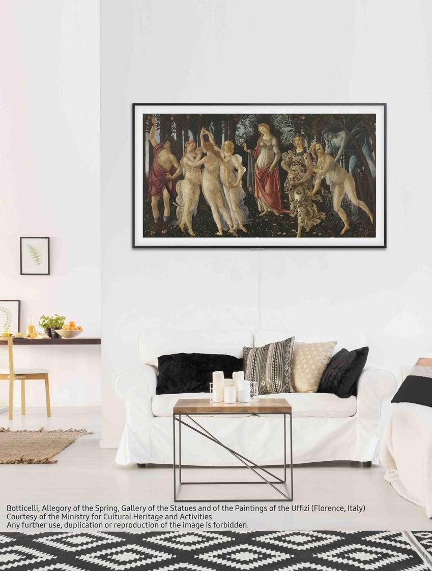 삼성전자가 라이프스타일 TV '더 프레임'의 콘텐츠 파트너십을 확대하며 총 1천여점의 작품을 제공하게 됐다. 사진은 '아트모드'로 세계 예술 작품을 실제 액자처럼 감상할 수 있게 해주는 '더 프레임' TV.