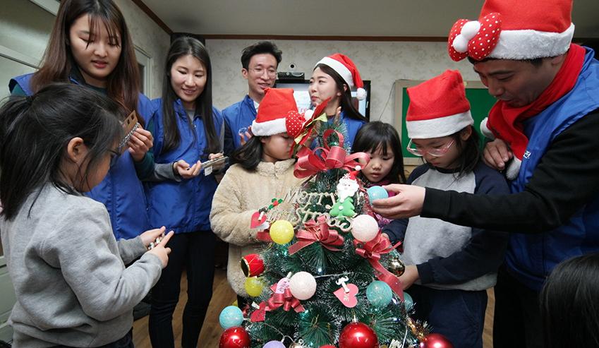 20일 화성 '삼성 나노시티' 임직원들이 용인 상하지역아동센터를 방문해 어린이들과 크리스마스 트리를 함께 장식하며 즐거운 시간을 보냈다.