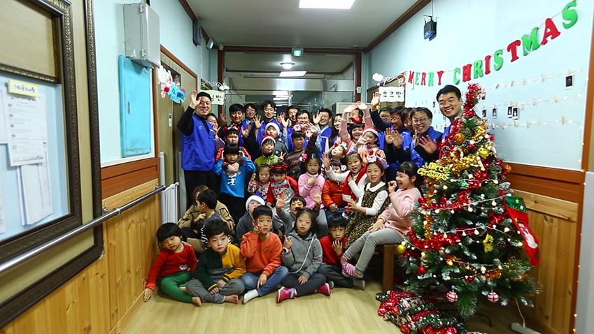 17일 구미 '삼성 스마트시티' 임직원들이 장애아 전문시설 '은광어린이집'을 찾아 어린이들이 따뜻한 겨울을 보낼 수 있도록 목도리를 선물로 전달하고, 함께 크리스마스 트리를 만들었다.