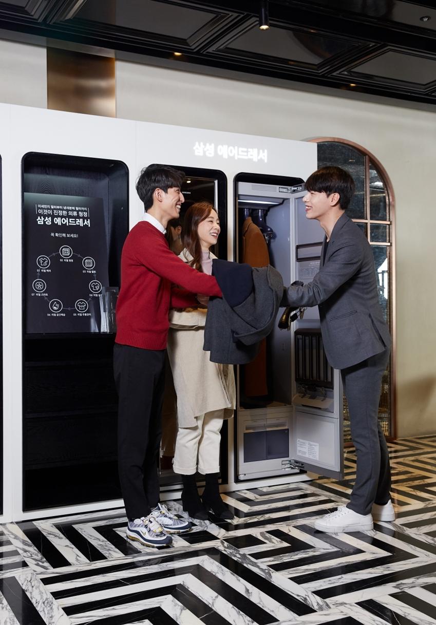 삼성전자가 CGV 씨네드쉐프(CINE de Chef)에서 삼성 의류청정기 '에어드레서'를 활용한 코트룸(Coatroom) 서비스를 운영해 방문객들로부터 큰 인기를 얻고 있다. CGV 씨네드쉐프 용산아이파크몰점 6층 레스토랑에서 모델들이 삼성 '에어드레서' 코트룸 서비스를 이용하고 있다.